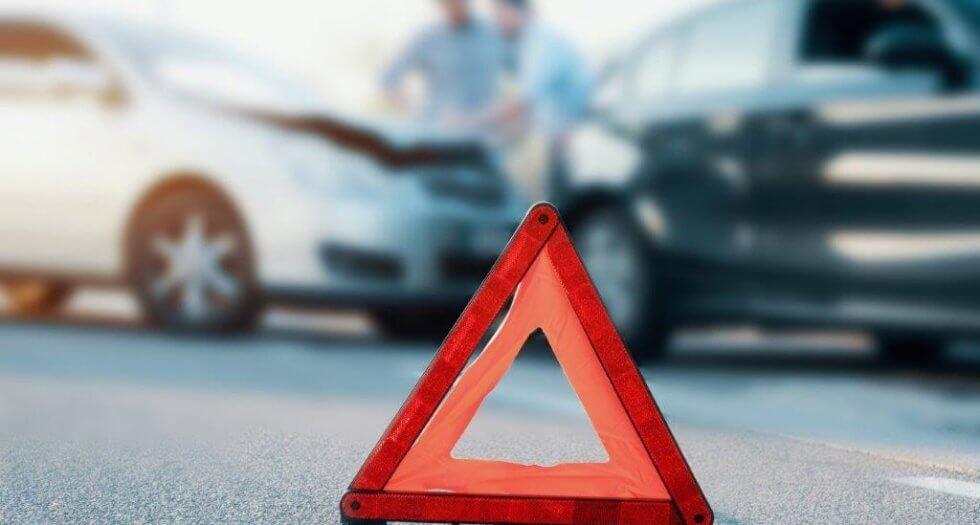 triângulo na estrada representando batida de carro